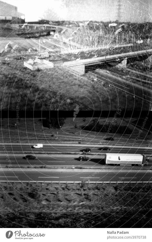 Stadtbildduett 6 analog Analogfoto schwarzweiß Diana Mini Halbformat Bochum Bochum West Autobahn zwei Bilder Verkehr Doppelbelichtung Brücke Ruhrgebiet Autos