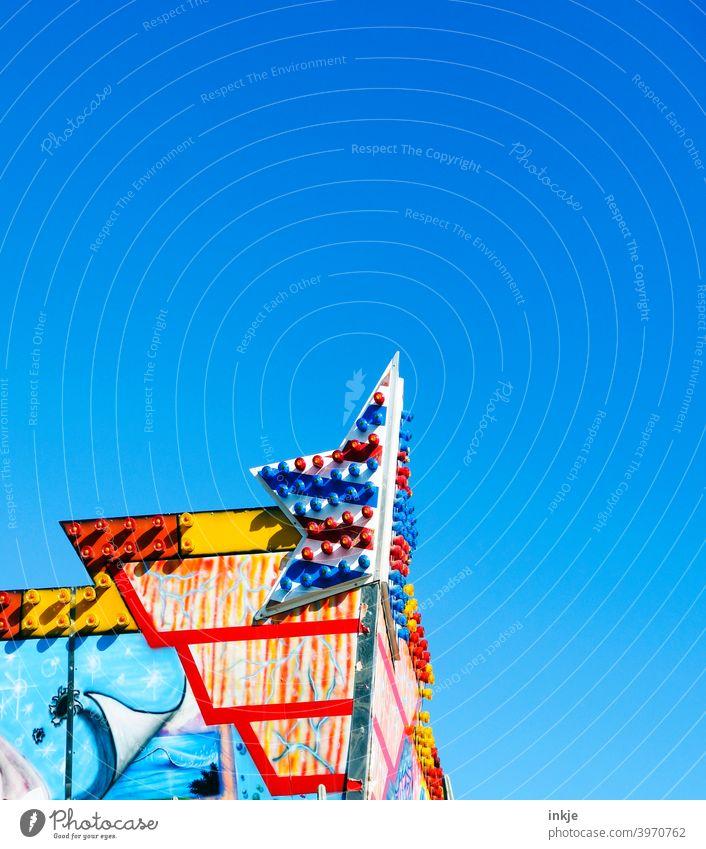 stiller Rummel Farbfoto Bunt Außenaufnahme Himmel Wolkenlos Sommer Masch Menschenleer blau Tag Schönes Wetter Textfreiraum oben Jahrmarkt Lockdown