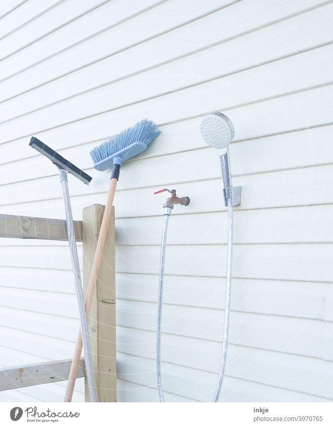 Putzutensilien outdoor Farbfoto Außenaufnahme Menschenleer Putzen Besen Duschkopf Brause Wasserschlauch Veranda hell blass clean sauber weiß Sauberkeit Reinigen