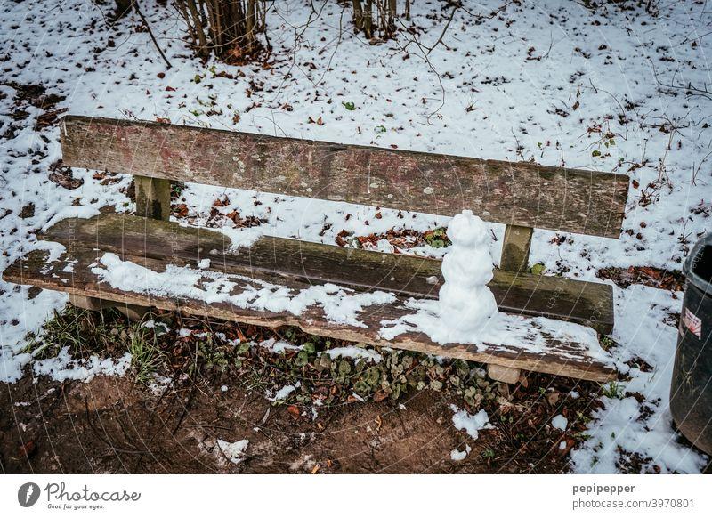 alte Bank im Schnee mit kleinem Schneemann darauf Winter kalt weiß Außenaufnahme gefroren Frost Jahreszeiten Eis frieren Dezember Eiskristall Raureif Kindheit
