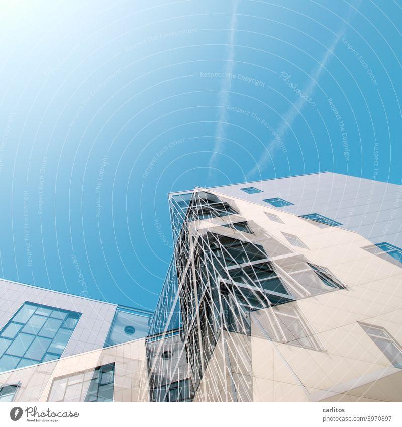 Doppelbelichtung  | Konstruierter Dekonstruktivismus Haus Konstruktion Fassade Fenster Fensterfront Überlagerung Verwirrung Himmel blau weiss Froschperspektive