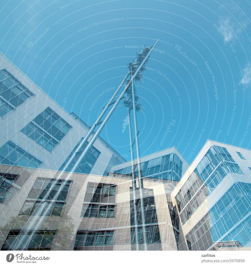 Doppelbelichtung | Geplantes Chaos Haus Konstruktion Dekonstruktivismus Fassade Fenster Fensterfront Überlagerung Verwirrung Himmel Blau Weiss Froschperspektive