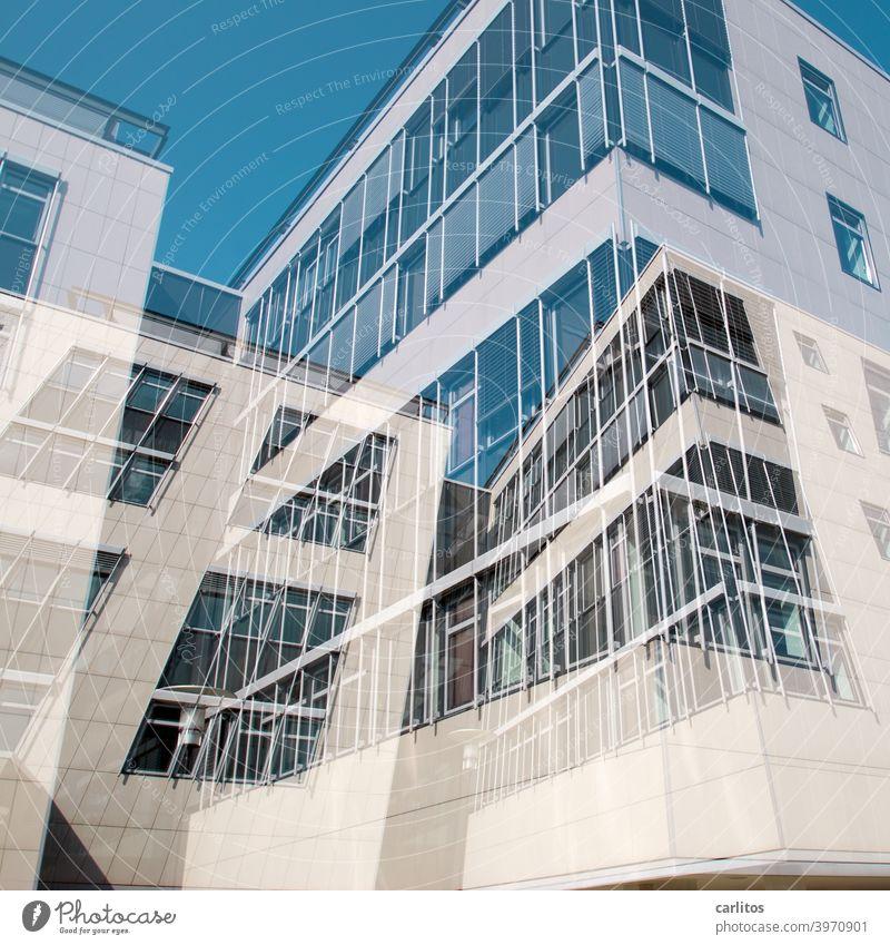 Doppelbelichtung | Fensterputzeralptraum Architektur Haus Konstruktion Dekonstruktivismus Fassade Fensterfront Überlagerung Verwirrung Himmel blau weiss