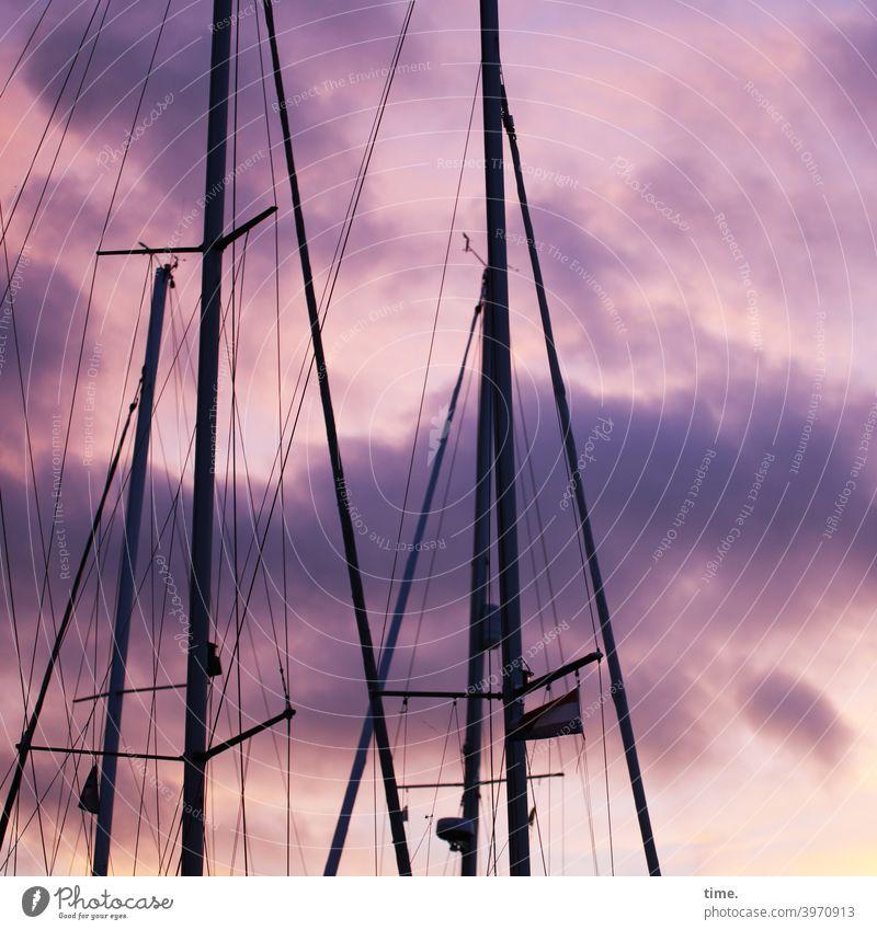 Seilschaften #34 segelboot himmel dramatik wolken masten taue tampen seile abend dämmerung hafen wimpel leinen