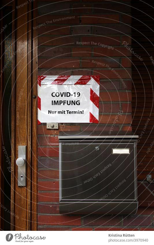 covid-19 impfung nur mit termin - zettel am eingang zur arztpraxis l corona thoughts impfen covid19 impfstoff hausarzt schutz vaccination immunisierung