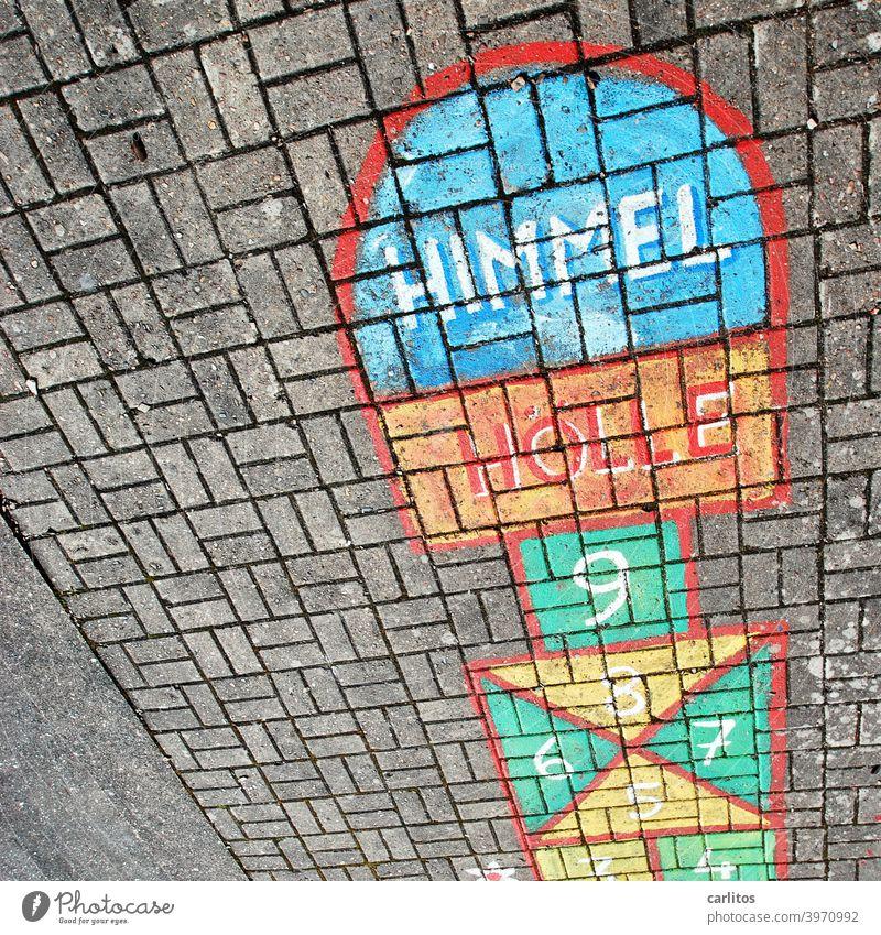 Himmel & Hölle | Leerer Spielplatz Kinder Kinderspiel Zahlen Springen Hüpfen Rot Grün Gelb Blau Linien Felder Pflaster Beton Grau Einsam Gesperrt Verboten