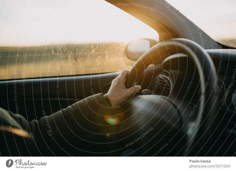 Nahaufnahme Hand am Lenkrad Laufwerk fahren Fahrer Taxi Sonnenuntergang PKW Frau Verkehr Fahrzeug Ferien & Urlaub & Reisen lenken Sonnenbrille Jugendliche Motor