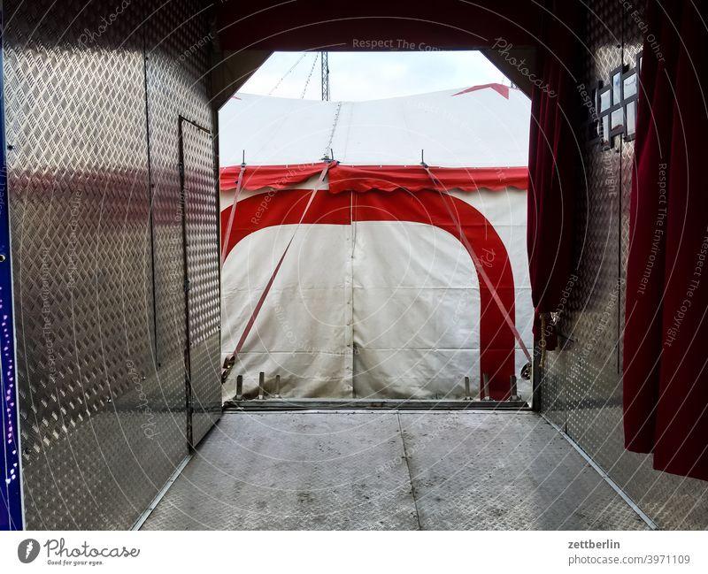 Durchgang zum Zirkus (der aber geschlossen ist) circus melancholie pause platz quartier still traurig trist unterhaltung vergnügen winterpause winterquartier