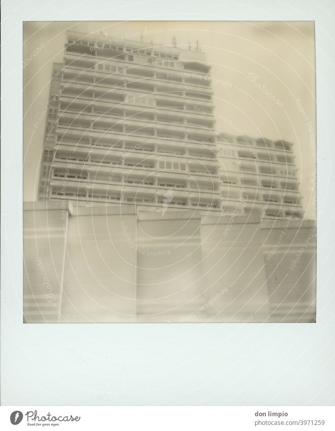 Hochhaus Hochhaus, eckig Polaroid Strukturen & Formen Architektur Ecke Wand Menschenleer Fassade Balkone Monochrom monoton hoch holm alt Schwarzweißfoto