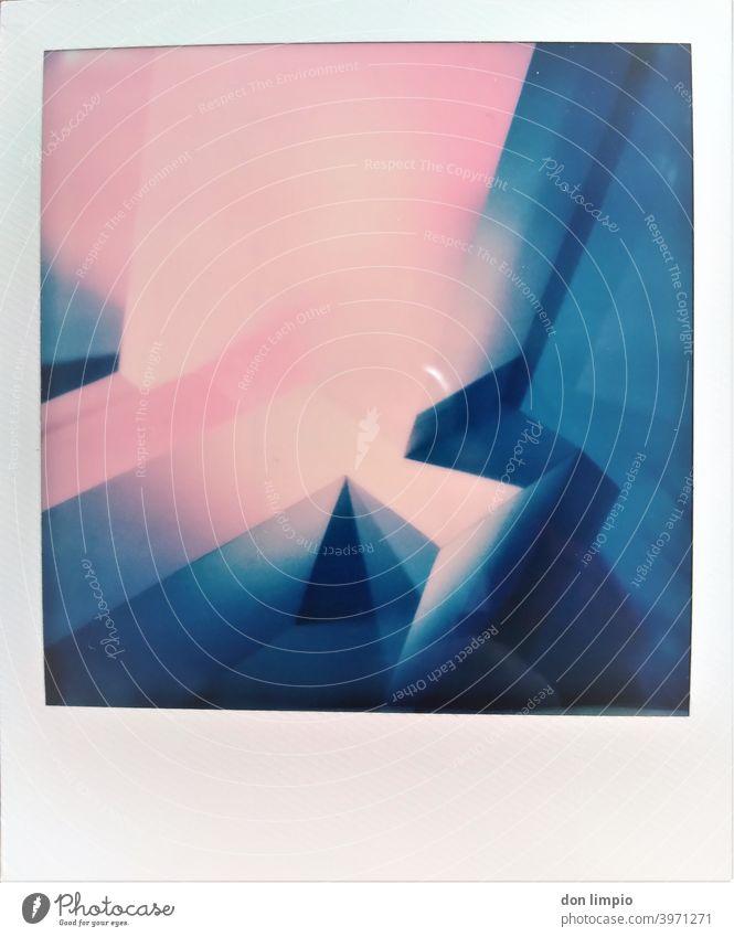 Bunte Wand mit Kanten und Ecken. eckig Langzeitbelichtung Polaroid Strukturen & Formen Architektur bunt Langzeitbelichtet Beleuchtet abstrakt Menschenleer
