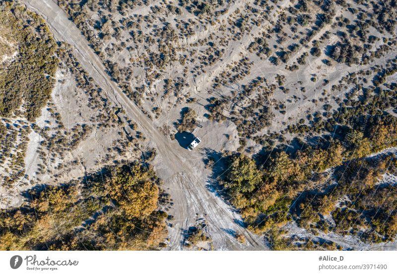 Luftaufnahme von Wildcamping in der Tabernas Wüste Almeria Spanien adventure aerial almería andalusia authentic desert drone dry europe film set geology