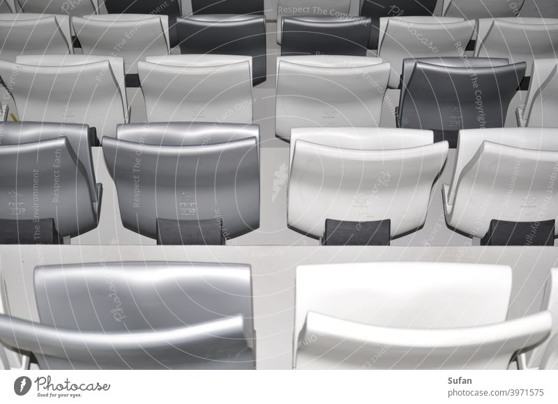 Sitzreihen im Stadion Leere sitzplatz Coronaleere Ruhe grau weiß Sport Fan zuschauerplätze Reihen traurig Eintönig still Publikum Sportstätten Freizeit & Hobby