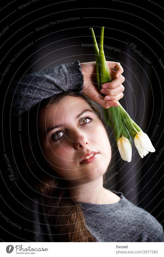 Romantischer Teenager mit Tulpen Mädchen Model jung Blume gelbe Tulpen begrenzt schwarz auf weiß zu Hause hübsch Schönheit echte Menschen traurige Haltung