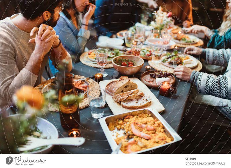 Gartenparty-Tisch mit verschiedenen Speisen Erwachsener offen im Freien junger Erwachsener Alkohol Hinterhof Brot zu feiern plaudernd Abendessen Dinnerparty