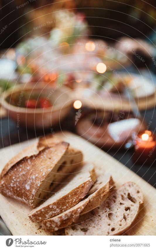 Nahaufnahme von frischem Brot auf dem Esstisch Baguette Abendessen Dinnerparty Lebensmittel Mittagessen Mahlzeit keine Menschen Party Restaurant Tisch