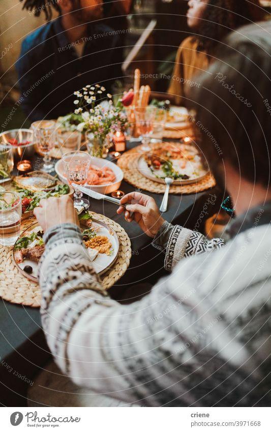 Gruppe von Freunden essen Essen und Spaß haben beim Abendessen Partei zusammen Erwachsener offen im Freien junger Erwachsener Alkohol Hinterhof Brot zu feiern