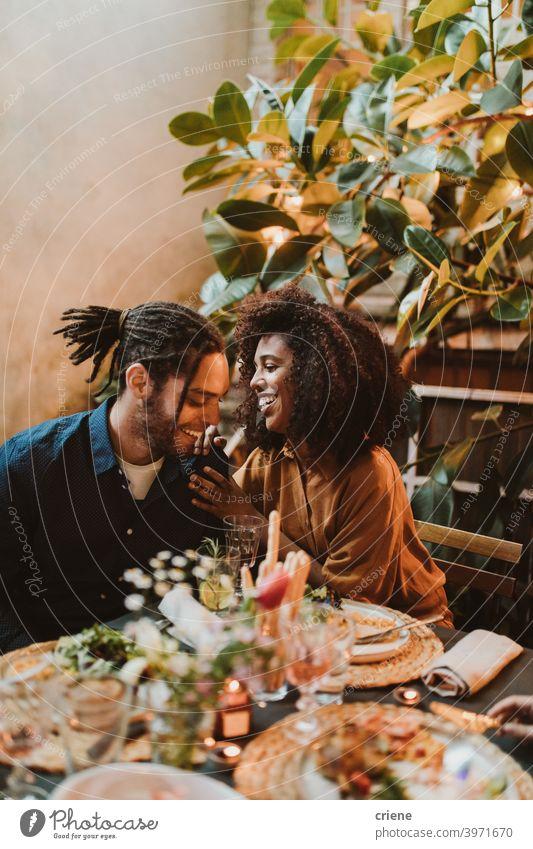Junger Erwachsener gemischte Rasse Paar plaudern und flirten beim Abendessen Partei offen Datierung Freundin Heterosexuelles Paar im Freien Romantik