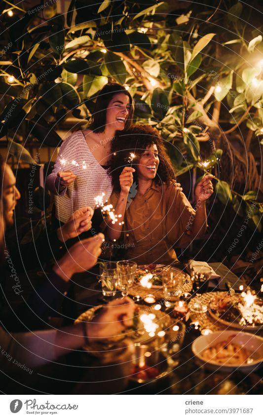 Gruppe von Freunden mit Spaß feiern mit Wunderkerzen auf Party zusammen draußen 4. Juli offen Fröhlichkeit Menschen Lächeln junger Erwachsener