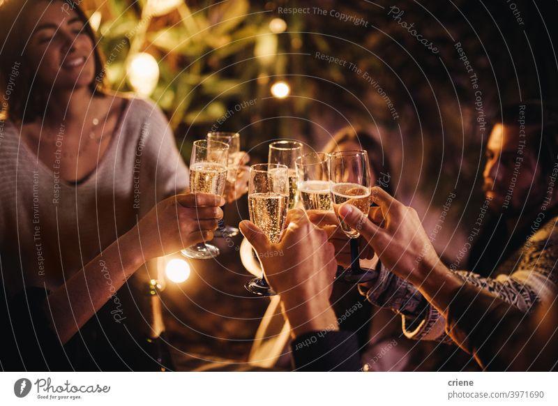 Gruppe von Menschen jubelnd und feiernd mit Sektgläsern auf Party zusammen 4. Juli Lächeln Zusammengehörigkeitsgefühl Alkohol Bar schön zu feiern Feier