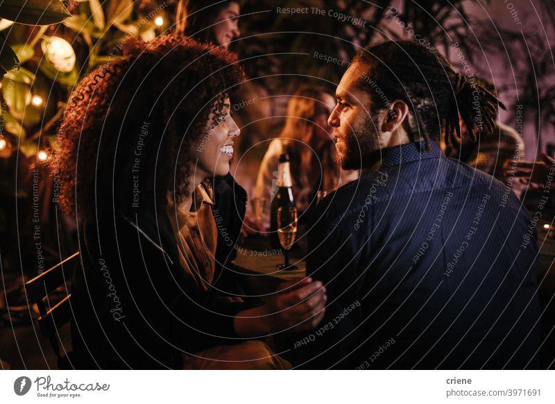 gemischtrassiges Paar, das sich auf einer Party miteinander unterhält offen Datierung Fröhlichkeit Heterosexuelles Paar Menschen Lächeln junger Erwachsener