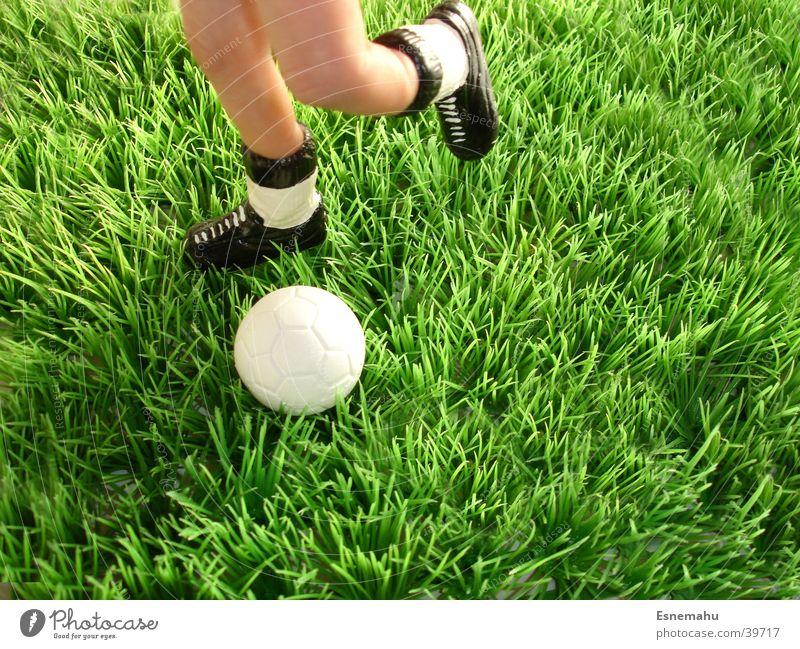 Fingerfußball Hand weiß grün schwarz Sport Spielen Fuß Schuhe Beine Fußball Haut laufen Geschwindigkeit Ball Rasen