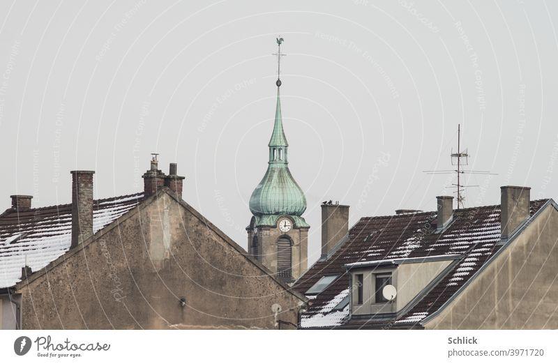 Die Kirche notre Dame de la chapelle in Freyming-Merlebach Lothringen ragt zwischen Dächern zweier Wohnhäuser hervor Frankreich Uhr Kirchenuhr Mittag