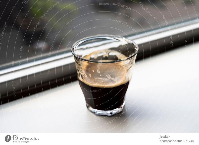 Ein Glas Espresso steht auf einer Fensterbank Kaffee Getränk Heißgetränk Morgen morgens aufwachen Koffein Ritual Pause müde Müdigkeit Flüssigkeit achtsam