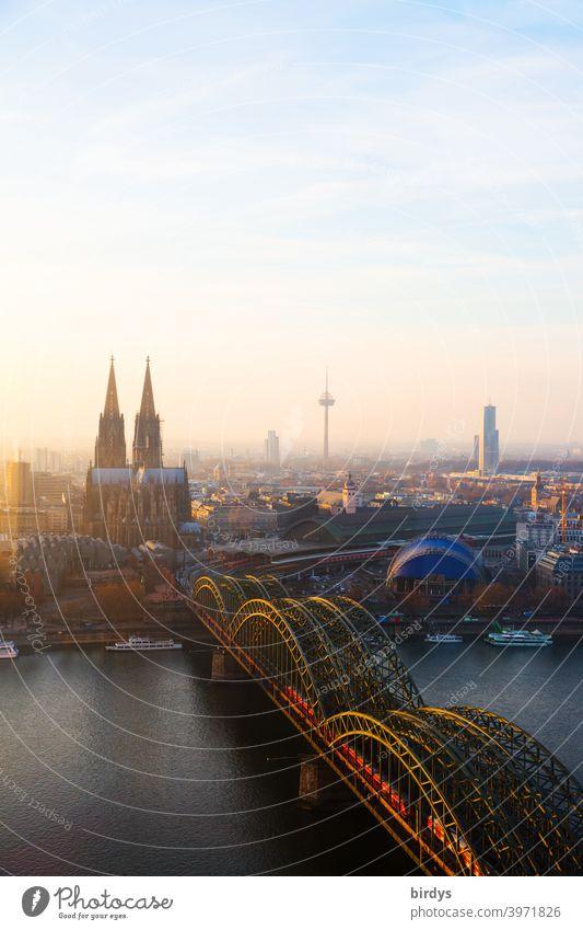 Köln im Abendlicht, Kölner Dom, Hohenzollernbrücke und Fernsehturm von oben. Panorama Wahrzeichen Kölner Fernsehturm Stadtpanorama Rhein Panorama (Aussicht)