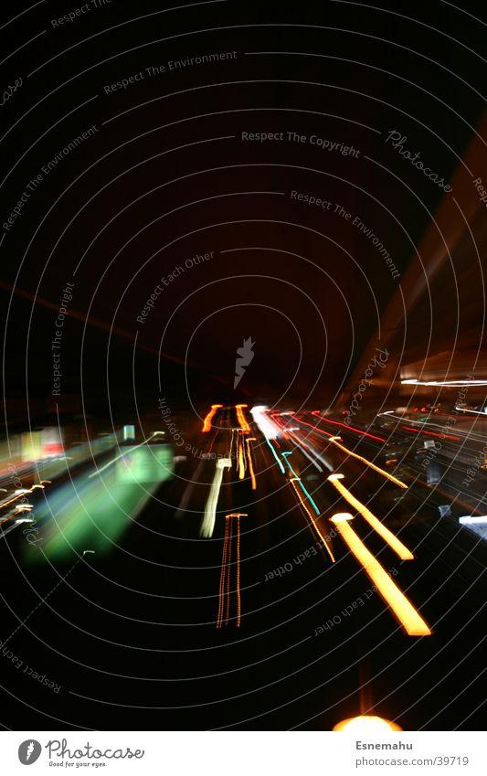 Unterwegs Geschwindigkeit Beschleunigung grün gelb rot Streifen Langzeitbelichtung Belichtung Nacht Rücklicht Mobilität unterwegs Verkehr sachwarz PKW Bus
