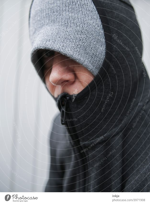 Nahaufnahme einer frierenden, vermummten Frau Farbfoto Außenaufnahme Portrait Frauenportrait anonym authentisch müde Langeweile Lockdown Coronavirus Winter kalt