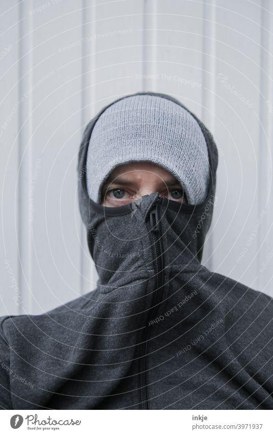 Lockdown Farbfoto Nahaufnahme Außenaufnahme Portrait Frauenportrait anonym vermummt authentisch müde Langeweile Coronavirus Winter kalt frieren Kapuze Mütze