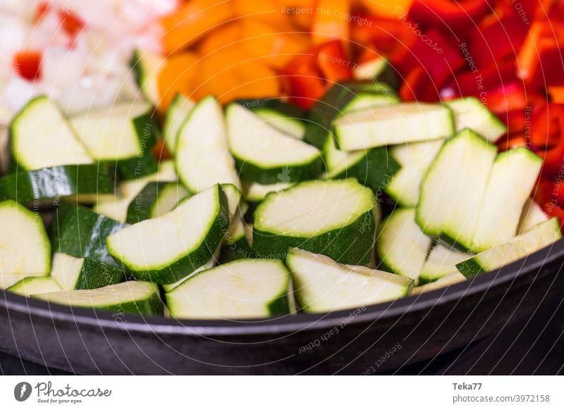 frisches buntes Gemüse in einer Pfanne frisches Gemüse Curry Vegetarisches Essen vegetarisch kochen Karotten Zwiebeln Paprika Eisenpfanne vegetarisches Curry