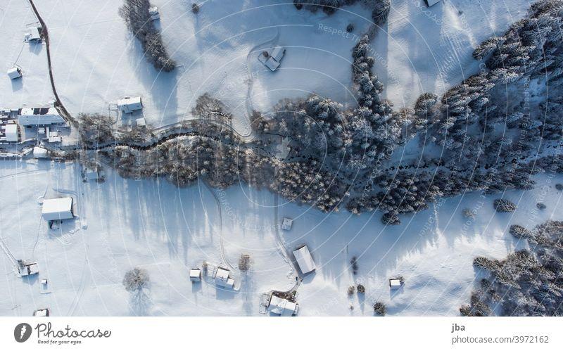 Meielsgrundbach im Winter von oben Vogelperspektive Drohne DJI Winterlandschaft Luftaufnahme Aussenaufnahme Natur Farbfoto Umwelt Bach Gewässer Hausdach