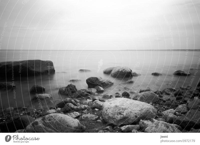 Steine im Meer | sanftes Rausches der Ostsee durch Langzeitbelichtung ostseeküste Küste steinig Wasser Steilküste Strand Steinstrand Nebel Nebelschleier