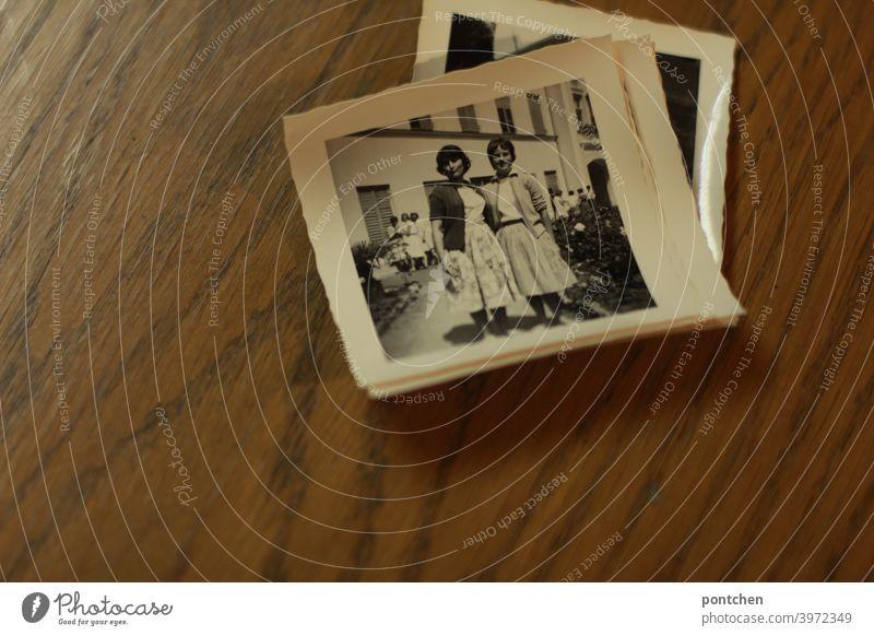 Alte Fotos in schwarz- weiß auf holzhintergrund. Zeitreise, Vergangenheit, Fundstücke schwarz-weiß 50er vintage erinnerung 50s Erinnerung Schwarzweißfoto