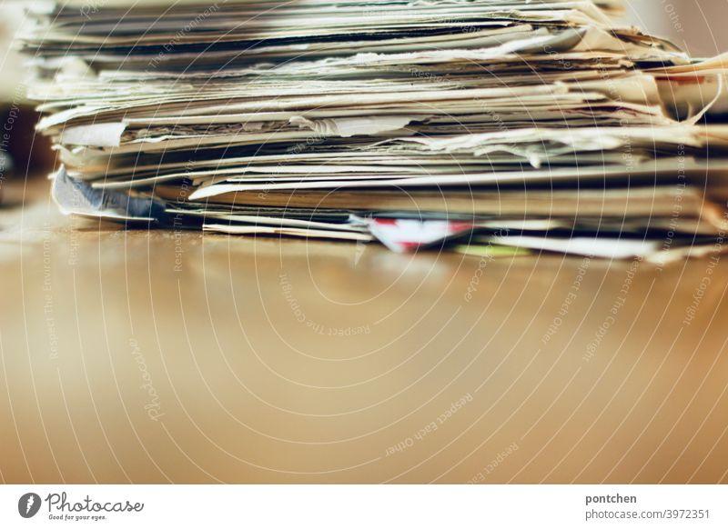 Ein Stapel alter Briefe und Papiere auf einer Unterlage aus Holz papier erinnerungen ausmisten entsorgen nostalgie unordentlich Papierkram bürokratie Unordnung