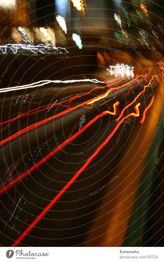 Mobilität III Streifen Licht Nacht dunkel schwarz weiß gelb Geschwindigkeit Beschleunigung Langzeitbelichtung Blendeneffekt Rücklicht Köln rot Verkehr PKW