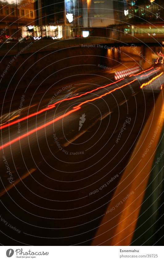 Mobilität II Streifen Licht Nacht dunkel schwarz weiß gelb Geschwindigkeit Beschleunigung Langzeitbelichtung Blendeneffekt Tunnel Stadt Köln rot Luftverkehr PKW