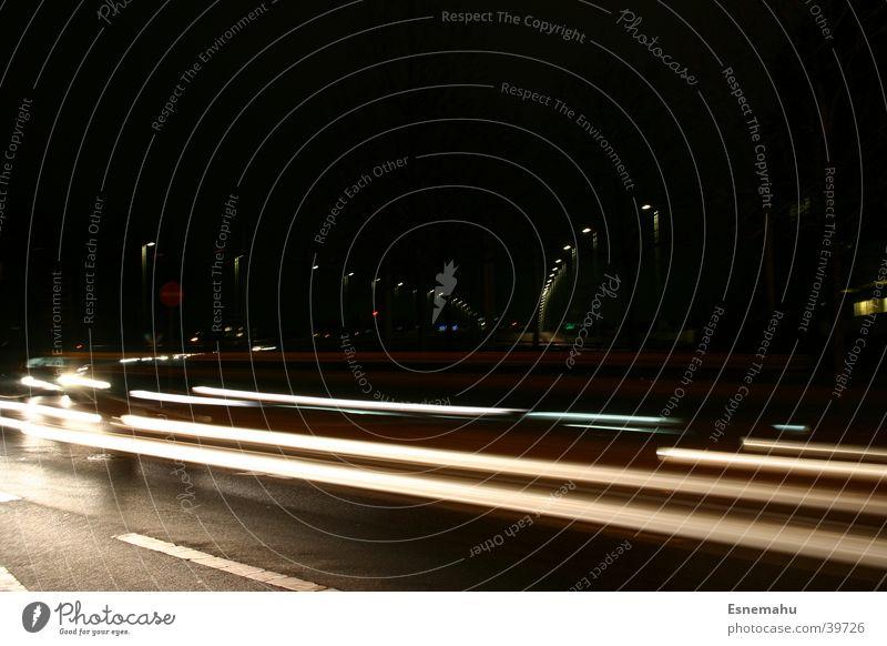 Mobilität I Streifen Licht Nacht dunkel schwarz weiß gelb Geschwindigkeit Beschleunigung Langzeitbelichtung Blendeneffekt Verkehr PKW Bewegung Straße