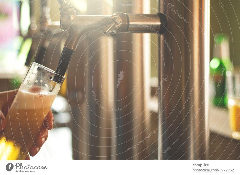 Ein frisches Bier (Kölsch) wird am Zapfhahn in einer Bar gezapft Alkohol Kneipe Gastronomie Restaurant ausgehen Feiern trinken Bierglas kölschglas Zapfen Theke