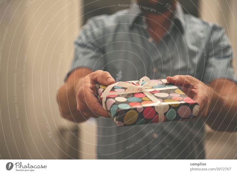 es ist ein Buch oder? Geschenk geschenkt Geburtstag Aufmerksamkeit Liebe Weihnachten & Advent überreichen geben dankbar eingepackt Verpackung Geschenkideen