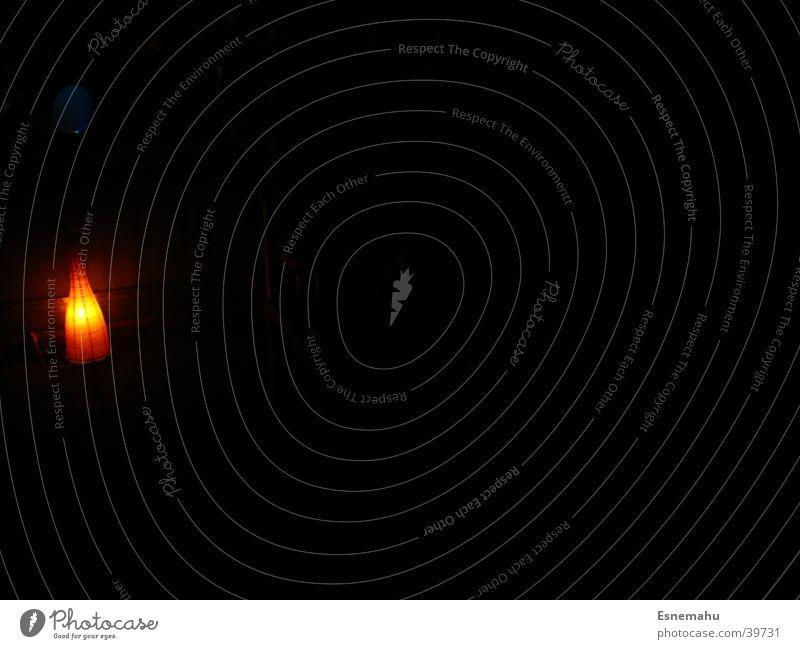 Ein kleiner Lichtblick dunkel schwarz Lampe Mensch Stil planen glühen Glühbirne Langzeitbelichtung orange Reaktionen u. Effekte