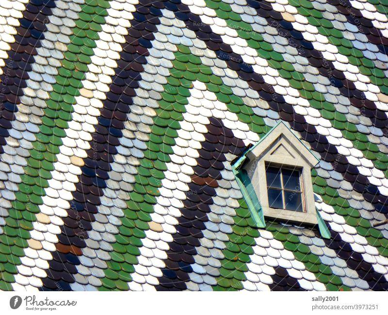 geistliches Dachkammerfensterchen in Wien... Fenster Erker Dachfenster klein bunt Dachziegel Stephansdom berühmt Sehenswürdigkeit Haus Detailaufnahme Muster