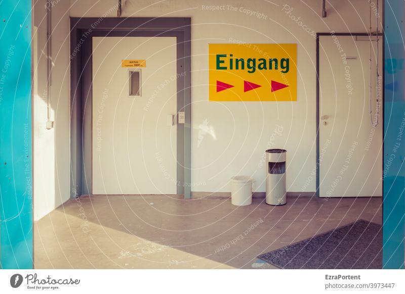 Eingang >>> Eingangstür Tür Schilder & Markierungen Pfeil Aschenbecher Eingangsbereich Gebäude Hinweisschild weiß blau Fahrstuhl fahrstuhltür Schatten