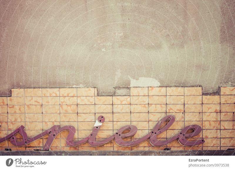 spiele Spiel Spiele Spielen Wort Buchstaben Wand Mauer Fassade Schriftzeichen Typographie Zeichen alt Kacheln defekt kaputt Schilder & Markierungen
