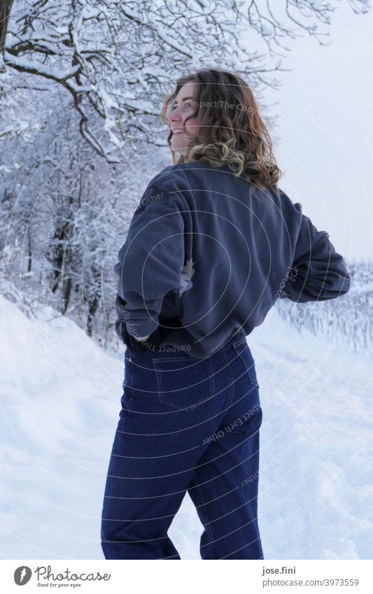 Junge Frau, Schnee im Hintergrund. eine Person junger Erwachsener Mädchen Jugendliche feminin Porträt hübsch frisch natürlich authentisch attraktiv Natur Winter