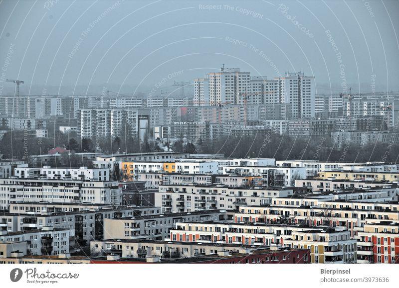 Blick auf den Berliner Bezirk Marzahn-Hellersdorf vom Kienberg aus Gärten der Welt Aussichtspunkt Plattenbauten Wohnbauten Wohnblöcke Mietwohnungen