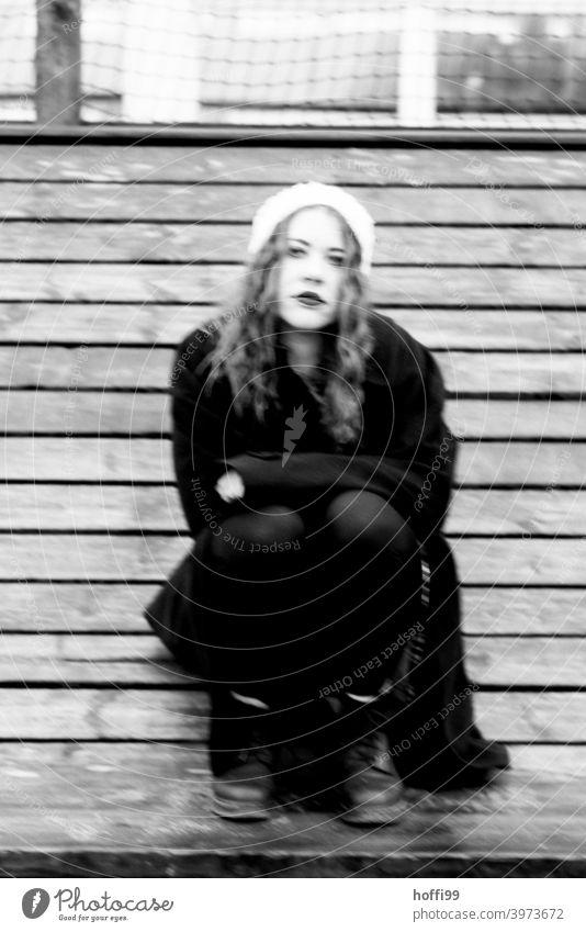 die junge Frau schaut nachdenklich, melancholisch in die Kamera Porträt Blick in die Kamera rothaarig Melancholie Gesicht Frauengesicht Junge Frau feminin