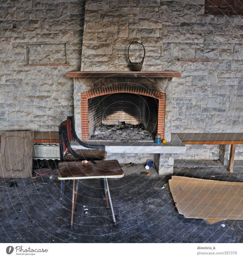 Stuhl Tisch verlassen Haus Kamin Kamin Wohnzimmer Ruine alt Armut dreckig retro Einsamkeit Feuerstelle verkohlt Verlassen Innenbereich Raum Verwesung urban