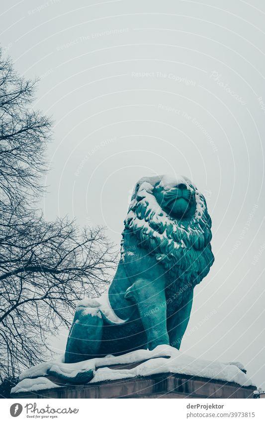 Flensburger Löwe mit Schnee bedeckt II Winterstimmung Winterurlaub ästhetisch außergewöhnlich Textfreiraum Mitte Sonnenlicht Textfreiraum unten